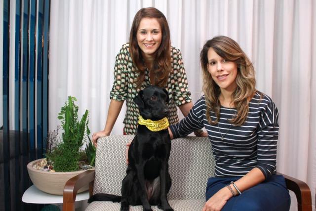 Vanesssa Louzada e Thais Amorin, da Holipet, com a cadela Augusta