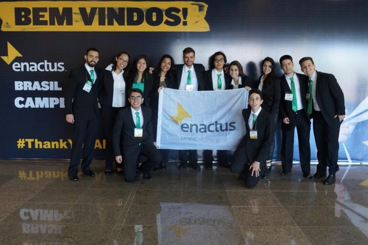 Universitários participantes do Projeto Teia na final do Campeonato Enactus