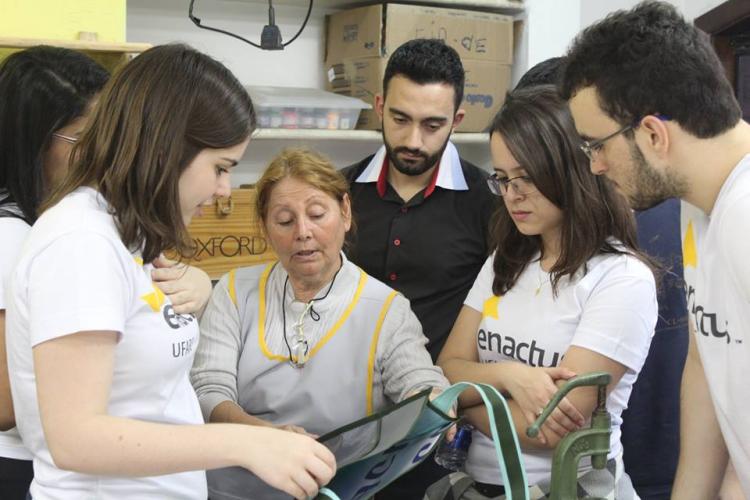 Participantes do projeto Teia e empreendedora em oficina de costura