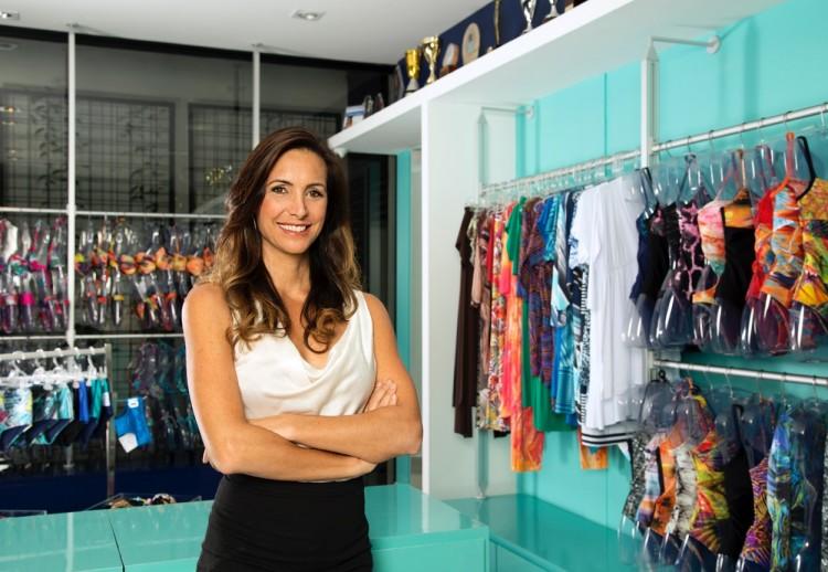 A ex-nadadora Fabiola Molina em sua loja de maiôs