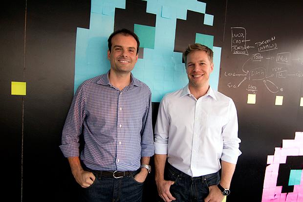 Thiago Alvarez (a esq.) e Benjamin Gleason, fundadores do GuiaBolso (divulgação)