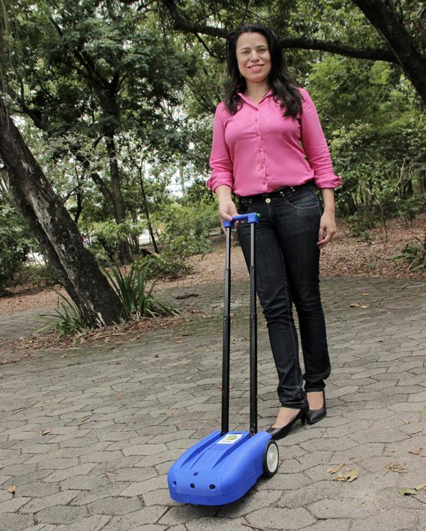 Neide Sellin, 36, e seu robô Lysa para guiar pessoas com deficiência visual (divulgação)