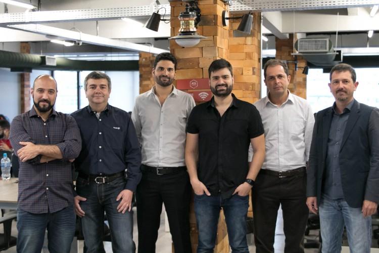 Thiago Ururahy, da ACE (a esq.) junto a executivos da aceleradora e da Tigre, Gerdau, InterCement e Vedaciti (divulgação.)