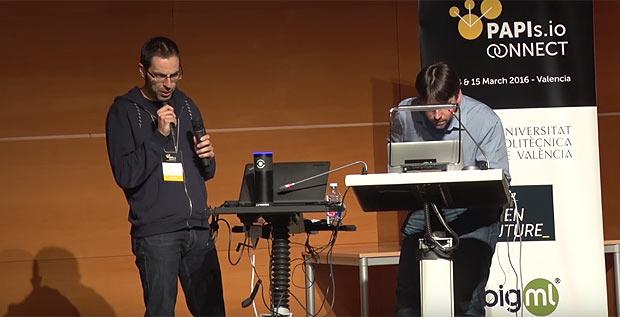 Empreendedor responde a questões feitas por máquina em competição de start-ups promovida pela Telefónica em Valência (divulgação.)